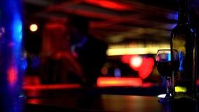 Mann, der herzlich Dame am Treffen, Liebhaber datieren in den Nachtklub, defocused küsst lizenzfreie stockfotografie