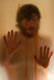Mann, der hinter einer Duschtür sich versteckt Stockfotos