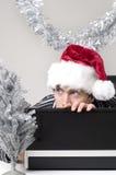 Mann, der hinter Laptop sich versteckt Stockfoto