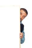 Mann, der hinter Schild sich versteckt Stockfoto