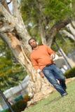 Mann, der hinunter das Feld geht Lizenzfreies Stockfoto