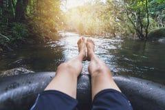 Mann, der hinunter einen Kanal schwimmt stockbild