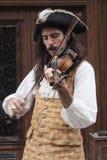 Mann in der historischen Kleidung, die eine Violine spielt Stockfotografie