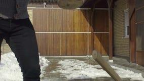 Mann, der Holz für das Hacken im Schneeyard vorbereitet stock video