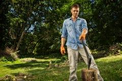 Mann, der Holz hackt Stockbilder