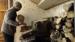 Mann, der Holz von der alten Scheune nimmt stock video footage