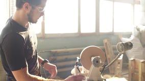 Mann, der Holzarbeit in der Zimmerei tut Tischlerarbeit über hölzerne Planke in der Werkstatt stock video