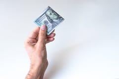 Mann, der hundert US-Dollars hält Stockfoto