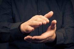Mann, der ihre klatschenden Hände der Anerkennung ausdrückt lizenzfreie stockbilder