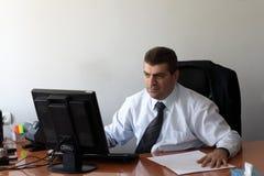 Mann, der im Büro arbeitet Stockfotografie