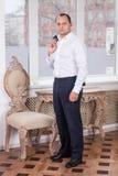Mann, der im Büro aufwirft Lizenzfreies Stockfoto