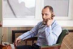 Mann, der im Büro aufwirft Lizenzfreie Stockfotografie