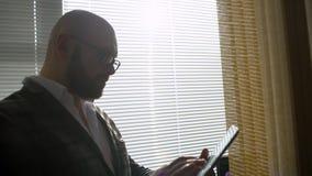 Mann, der im Büro mit Tablette arbeitet Geschäftsleute, die ein Geschäftsprojekt entwickeln und Marktdateninformationen analysier stock footage