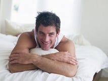 Mann, der im Bett liegt stockfoto