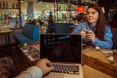 Mann, der im Café arbeitet lizenzfreie stockfotografie