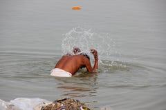 Mann, der im Ganges/in Varanasi sich wäscht lizenzfreies stockbild