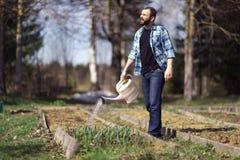 Mann, der im Garten arbeitet Stockfoto