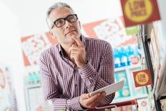 Mann, der im Geschäft kauft lizenzfreie stockbilder