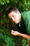 Mann, der im Holz schaut Stockfotos