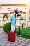 Mann, der im Hotel mit seinem Gepäck ankommt Lizenzfreie Stockfotografie
