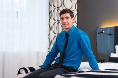 Mann, der im Hotelzimmer ankommt Lizenzfreie Stockfotografie