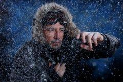 Mann, der im kühlen Wetter einfriert Lizenzfreie Stockfotos