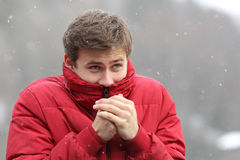 Mann, der im kalten Winter zittert Stockbild