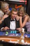 Mann, der im Kasino spielt Stockfoto