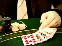 Mann, der im Kasino spielt lizenzfreie stockfotos