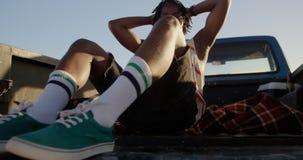 Mann, der im Kleintransporter am Strand 4k sich entspannt stock video