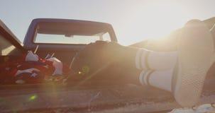 Mann, der im Kleintransporter am Strand 4k sich entspannt stock video footage