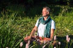 Mann, der im Lotussitz sitzt Lizenzfreie Stockfotos