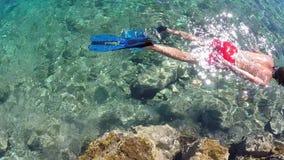 Mann, der im Meer schnorchelt Stockfoto