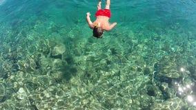 Mann, der im Meer schnorchelt Stockbild
