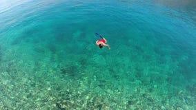 Mann, der im Meer schnorchelt Lizenzfreies Stockfoto