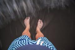 Mann, der im Sand steht lizenzfreie stockbilder
