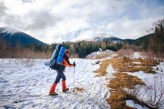 Mann, der im schönen Winterberg wandert Lizenzfreie Stockbilder