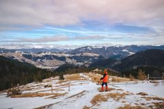 Mann, der im schönen Winterberg wandert Lizenzfreies Stockbild