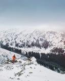 Mann, der im schönen Winterberg wandert Lizenzfreie Stockfotografie