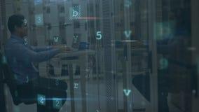 Mann, der im Serverraum mit bewegenden Datensicherheitsmitteilungen arbeitet stock video footage