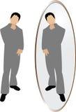 Mann, der im Spiegel denkt Stockfotografie