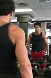 Mann, der im Spiegel trainiert Lizenzfreie Stockbilder