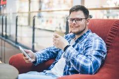 Mann, der im Stuhl im caffe sitzt lizenzfreie stockfotos