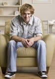Mann, der im Stuhl sitzt Stockbild