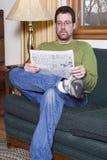 Mann, der im Stuhl sitzt Stockfotos