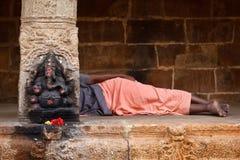 Mann, der im Tempel schläft Lizenzfreie Stockfotografie