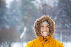 Mann, der im Winterpark smilling ist Stockfotos