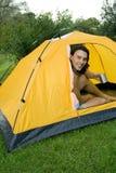Mann, der im Zelt kampiert Lizenzfreies Stockbild