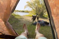 Mann, der im Zelt liegt Lizenzfreie Stockfotografie