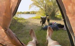 Mann, der im Zelt liegt Lizenzfreie Stockfotos